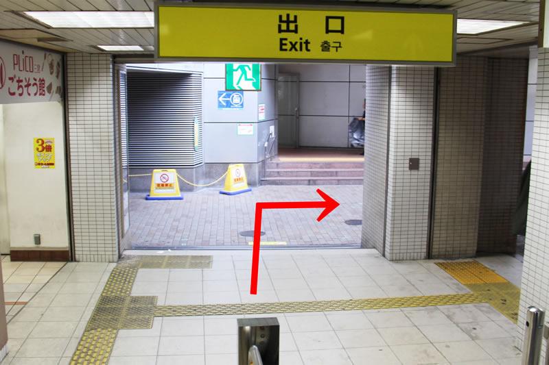 アクセス紹介 階段を下りると、右手へ進む写真