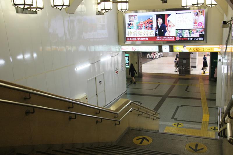 アクセス紹介 階段、またはエスカレーターで下に下りる写真