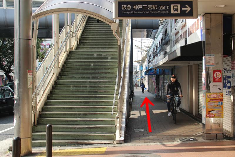 アクセス紹介 右手に歩道橋のその脇をまっすぐ進む写真