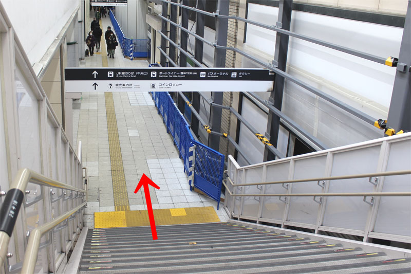 アクセス紹介 階段をおりて、まっすぐ進む写真