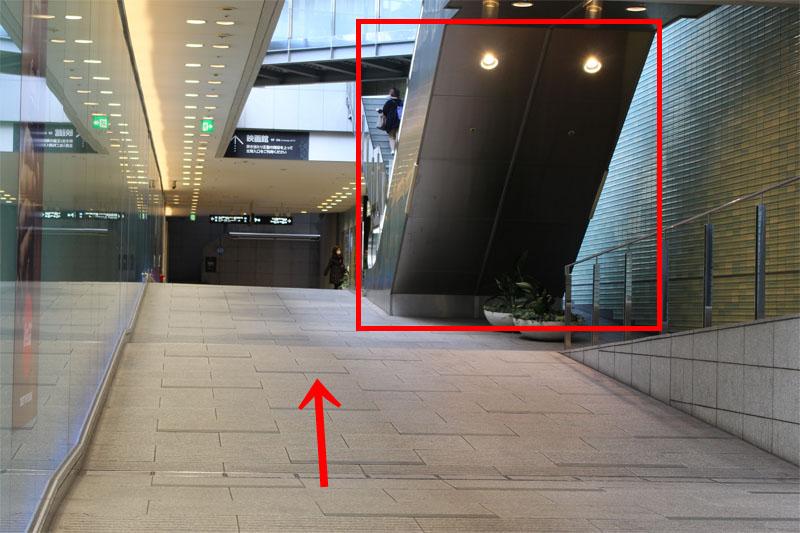 アクセス紹介 まっすぐ進み、右手に見えるエスカレーターを上にのぼって進む写真