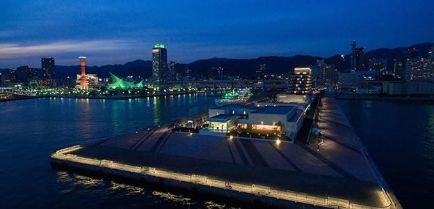 海側上空から見た海に囲まれる第一突堤とラスイート神戸オーシャンズガーデン