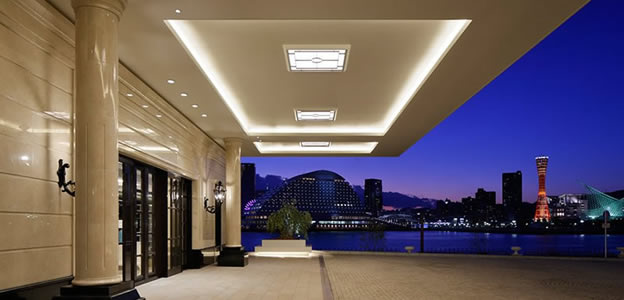 神戸の夜景を背景にしたラスイート神戸オーシャンズガーデンエントランス