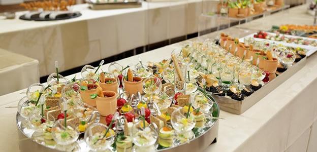 テーブルに並べられた数々のブッフェスイーツ