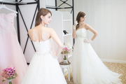 憧れのWドレス姿で会場見学!心ときめくドレス体験フェア